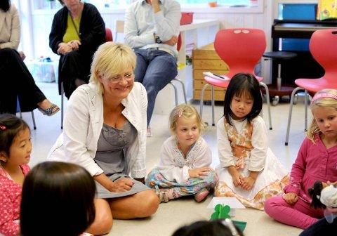 Kunnskapsminister Kristin Halvorsen og restenh av regjeringen bruker 25 millioner kroner på å få flere førskolelærere ut i barnehagene.