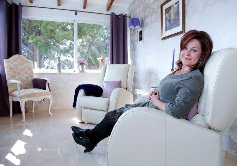 Her sitter Linda i meditasjonskroken hun har innredet i en del av stuen.  Her mediterer jeg hver morgen, sier Linda.