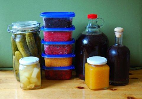 Sommersmaker: Sylteagurker, syltet gresskar med ingefær (foran), frysetøy av blåbær (øverst), bringebær, tyttebær, multer, jordbær (nederst), blandingssaft av solbær og rips og aprikosmarmelade foran til høyre.