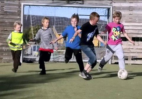 Barns lek i ballbinge er helsefarlig støy, mener kommunelegen i Tromsø.