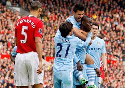 Rio Ferdinand kan bare bøye nakken mens Mario Balotelli blir hyllet av lagkameratene.