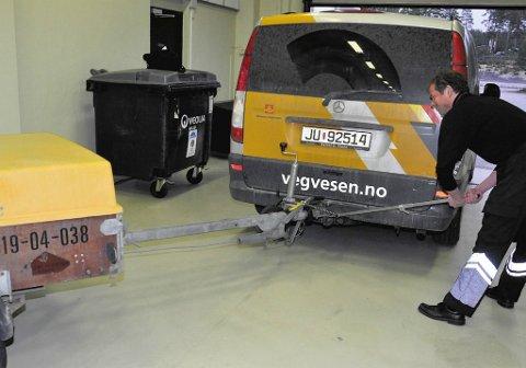 Pål Bjerke med et verktøy som brukes for å sjekke at tilhengeren er i forskriftsmessig stand.