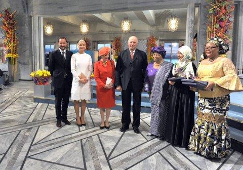 Til venstre kronsprins Håkon, Kronprinsesse Mette-Marit, Dronning Sonja og Kong Harald,Fredsprisvinnerne Liberias president Ellen Johnson-Sirleaf, den liberiske fredsaktivisten Leymah Gbowee og menneskerettsaktivisten Tawakul Karman fra Jemen. Helt til venstre Thorbjørn Jagland.