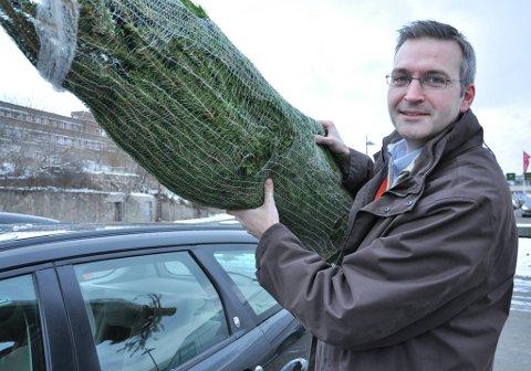 Et dårlig festet juletre på biltaket fortsetter med voldsom kraft hvis bilen kolliderer, sier Ketil Voll i Tryg.
