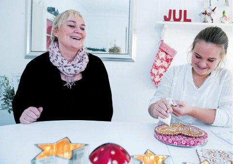 Som mor så datter: Cecilie Abrahamssen og datteren surora er hektet på julepynting.