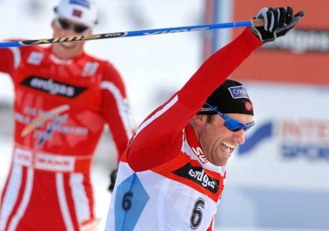 Yes! Der satt'n! Odd-Bjørn Hjelmeset tok sitt eneste individuelle gull i Sapporo i 2007. Bak sølvvinner Frode Estil.