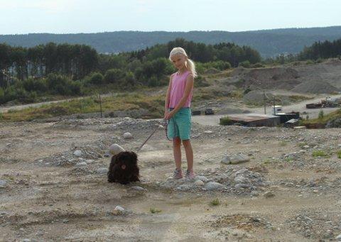 ENGASJERT: Mira og hunden Lakris liker å gå tur i Vistergropa. Hun vil at noen skal ta ansvar og sørge for at det blir trygt igjen. ? Det må bli satt opp gjerder, mener niåringen. (Foto: Anders Olavesen)