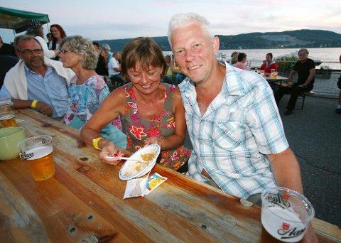 Sissel Skjetne og Per Einar Brustad fra Ski deltar på bluesfestivalen i Drøbak for andre gang.  - Det er bra trøkk, sier Brustad.  Sammen koste de seg med lapskaus laget av Eva Tenden på Folkvang.