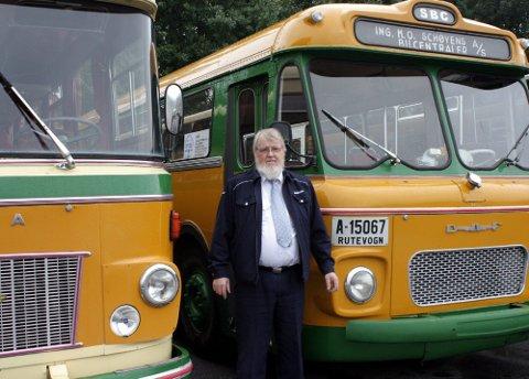 VETERAN: Olav Skulbørstad er veteran blant bussjåførene. Konkurransen lørdag skal ikke skje med disse veteranbussene, men med helt moderne kjøretøy. FOTO: PER KRISTIAN TORVIK