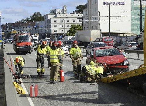Den kvinnelige bilføreren ble fraktet til Haukeland universitetssykehus.