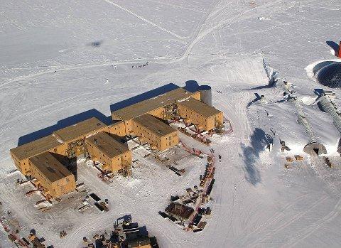 De fire eventyrerne reiser til sydpolen i 2011. På bildet er Amundsen-Scott-basen like ved polpunktet.