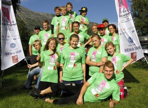 FORNØYD GJENG: En fornøyd gjeng deltakere på camp med Robin Bryntesson. Søndag avsluttet han histi\oriens første leir for unger med diabetes. Det kom deltakere fra Sverige og Norge. (Foto: Per Vikan)