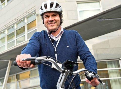 Fylkesordfører Tom-Christer Nilsen kjører til og fra jobb mellom Askøy og Bergen sentrum med el-sykkel i dress.