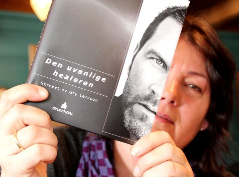 Gry Larsson fra Drøbak har skrevet bok om healeren Terje Aasjord.