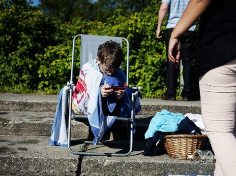 PUST I BAKKEN | Magnus Valsgård (11) tar seg en pause ved bassengkanten.