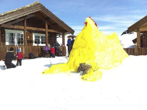 Påskestemning hos familien Kjell Bergesen på Bruskorvet. Her har vi mye snø og kjempefine skiforhold. Foto: Privat