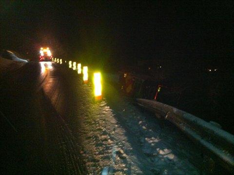 Veltet:  En lastebil veltet av veien og tok med seg autovernet. Foto: Truls Lereggen
