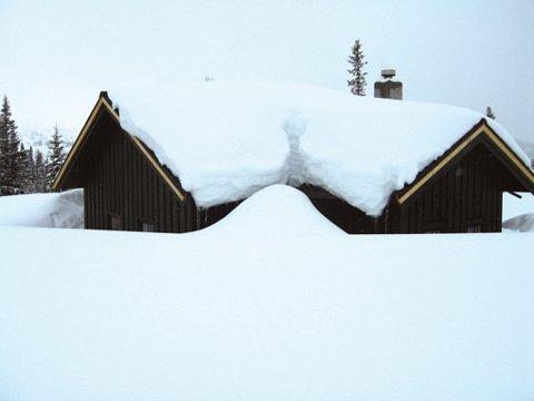 Selv om hyttetak er måket én gang i vinter, har ytterligere snømengder lagt seg på takene. Sammen med all snøen rundt, er flere hytter nesten blitt borte i all snøen.