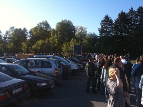 Køen var lang før konserten i Vestlandshallen.