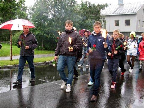 I tog: Jakob Vorren (til venstre) og Lars Hjetland overlevde skuddene på Utøya. Mandag gikk de fremst i fakkeltoget på Sunndalsøra.