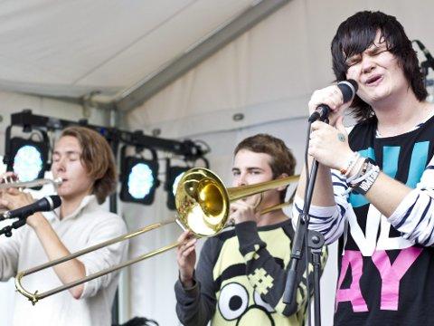 FUNKY: Bandet Sunday opptrådte med funky låter på Jessheimdagene i går. Vokalist Kristoffer Uhlen hadde også skrevet en egen låt i forbindelse med Utøya-hendelsene.  Foto: Lisbeth Andresen