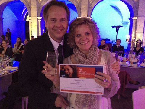 Rektor Sven Olaf Brekke og Kari Anne Kråkevik mottok prisen i Lisboa for Europas beste IKT-prosjekt.