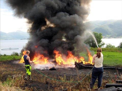 Oppdrettsringer tok fyr på Averøy. Foto: John Inge Seljehaug