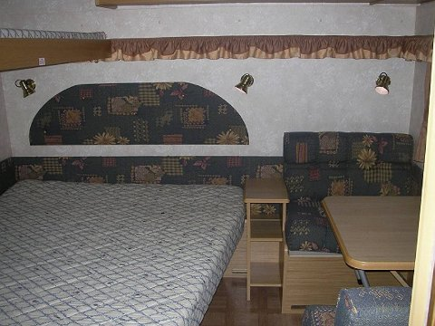 Vognen er seks meter lang. På soverommet er det både dobbeltseng og enkeltseng.