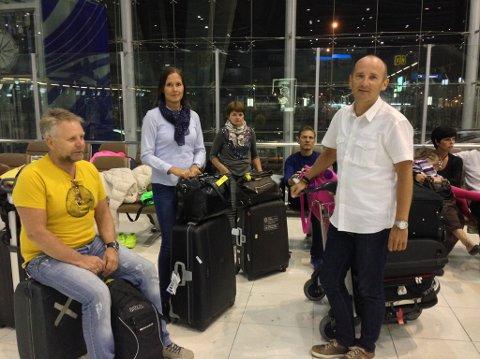 KJOS-FAST: Reisefølget på seks fra Harstad har snart ventet i 19 timer på å retunere til Norge fra Bangkok. Fra venstre: Rune Danielsen, Tone Jacobsen, May-Britt Eilertsen, Rune Olsen og Lasse Hagerupsen.