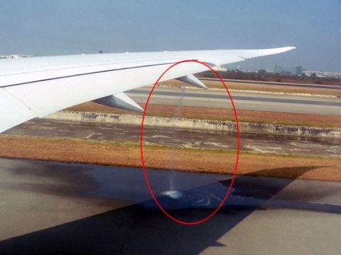 LEKKER: Her renner bensinen ut av flyvingen på Sonia Henie-dreamlineren til Norwegian. Passasjerene fikk beskjed av personalet til Norwegian om å slette bildene.