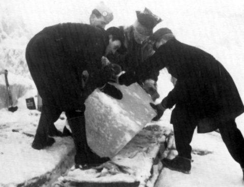 Grunneier Anton Svartisdal var kjentmann da isblokkene skulle hentes ut fra Østerdalsisen.