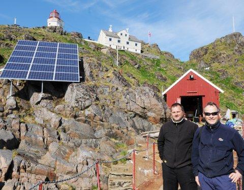 De 18 panelene på berget skal møte sjøskvett og sydvestkuling, som testanlegg. Morten Lykken Gaustad i Getec og Christian Heinlein i Rec har sørget for å ta ut fire kilowatt fra dagslyset.
