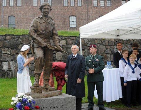 Max Manus-statuen ble avduket av Gunnar Sønsteby på Akershus festning.