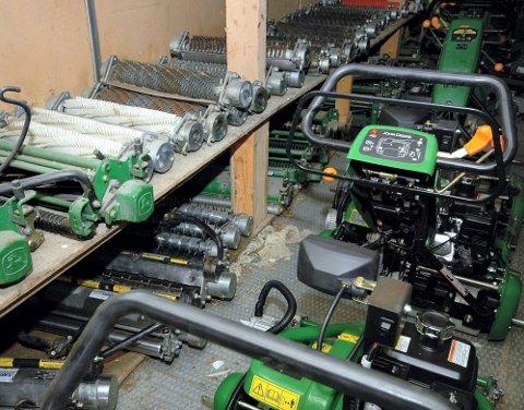 MYE UTSTYR: Mye utstyr må til for å holde gresset på store områder i orden. På hjemmebane kommer du langt med rive, jernrive og en god gressklipper.