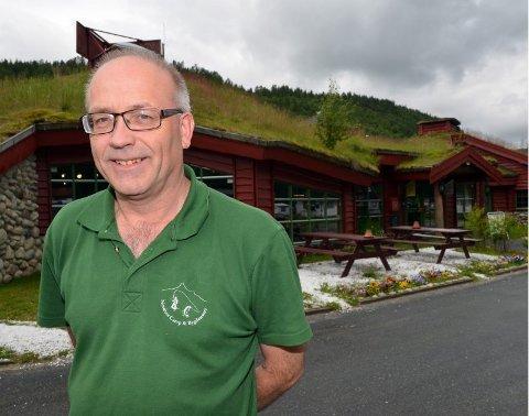 Målestasjon. Fra høsten av er Tommy Edvardsen på Nordnes Camp og bygdesenter AS vert for værstasjonen som skal bringe offisielle værdata fra Saltdal.