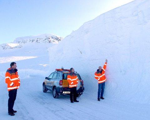 SEKS METER: Fosse-svingane er eitt av dei vanskelegaste partia på Vikafjellsvegen vintertid, her er brøytekanten oppunder seks meter. Terje A. Kveane (t.v.), Eivind Yttri og Nils Magne Slinde i Statens Vegvesen.