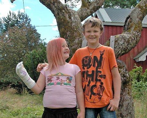 GLADE IGJEN: Remy (11) og Michelle Midtsæter (8) kan i ettertid smile, selv om Michelle skadet seg stygt under lek ved en byggebutikk.