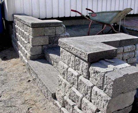 Enkelt: Denne muren er tørrstablet, med mursystemet Pisa2. Mulighetene er mange, alt fra lave kanter til blomsterbed.