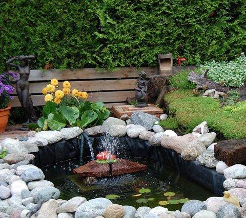 Skaper liv: I denne hagedammen bor det fire store karper, om vinteren flytter de inn i et akvarium. Gule sommergeorginer og oppbygd steinbed danner en fin ramme.