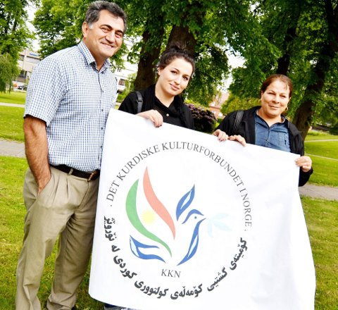 VIL VÆRE MED: Den kurdiske kulturforening i Østfold ønsker å være med på tusenårsfeiringen, og foreslår blant annet å hente en kurdisk kulturgruppe til Sarpsborg i 2016. Fra venstre: Qader Azizbegi, Fawzya Sohailifar og Mina Haji Ahmedi. (Foto: Marie Strand Lien)