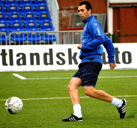 TRENING: Iosu Esnaola Atxega trente med Sarpsborg 08 på Sarpsborg stadion mandag formiddag. (Foto: Jarl Morten Andersen)