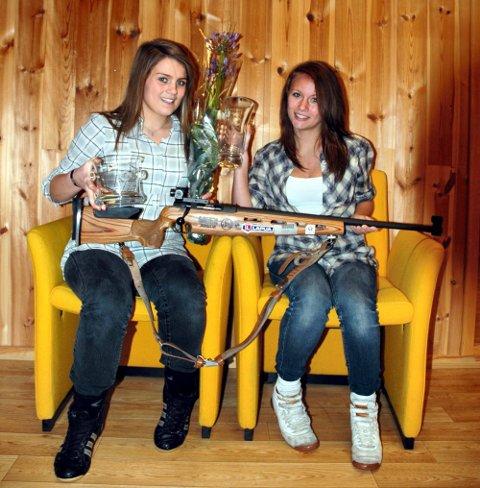 TOK STORESLEM: Siri Mortensen (t.v.) og Siri Kolstad Claussen mottok en rekke priser for sin innsats under Akershus skyttersamlags årsavslutning.