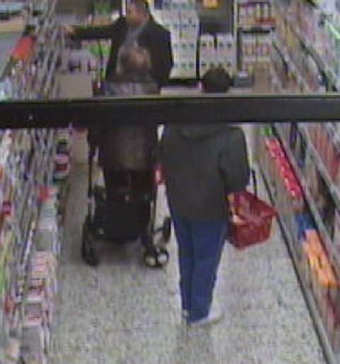 De frekke tyvene ble fanget opp av butikkens overvåkningskamera.
