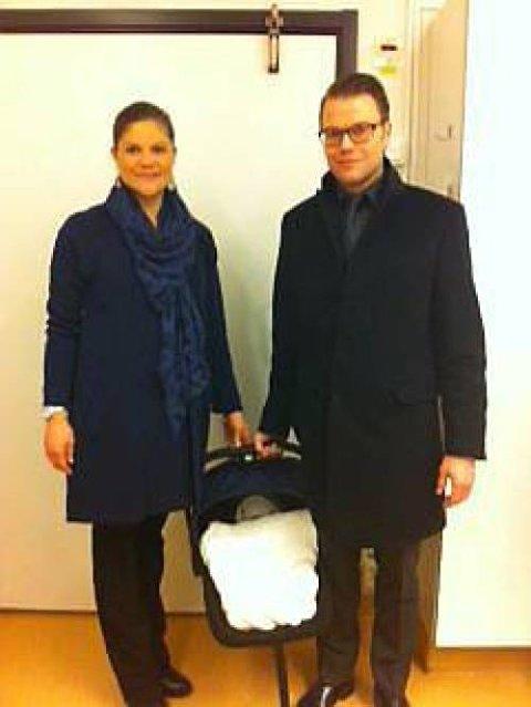 Kronprinsessen, prins Daniel og prinsessen på vei hjem til Haga slott etter fødselen.