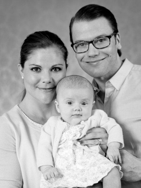 Prinsesse Estelle sammen med sine foreldre, prins Daniel og kronprinsesse Victoria. Bildet er tatt 11. mai.