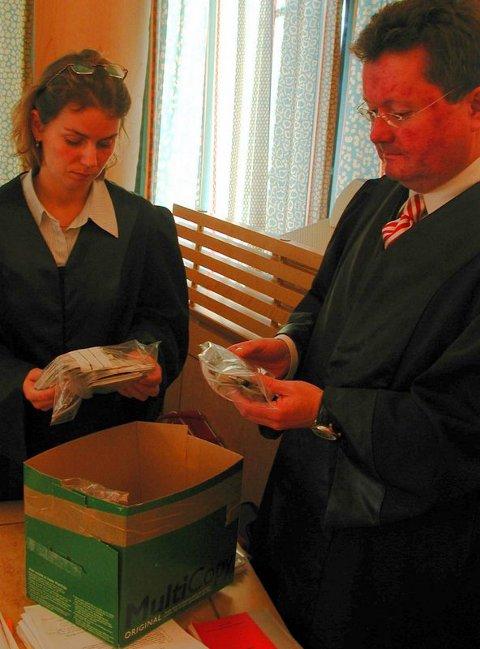 Bevis. Politiavokat Margrete Torseter og advokat Tor Haug studerer beslag som er gjort hos den utukstiltalte mannen. Begge foto: Odd Seljesæter