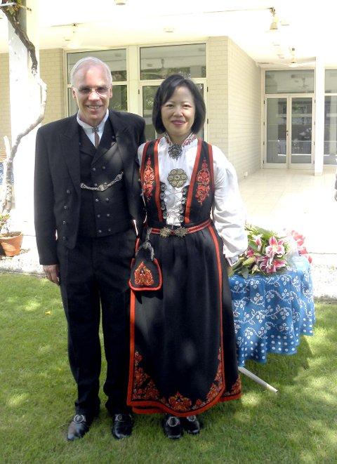 BUNAD: Eivind S. Homme og ektefellen Charlotte Wu Homme stilte i Vest-Telemark bunad under seremonien i New Dehli i dag.