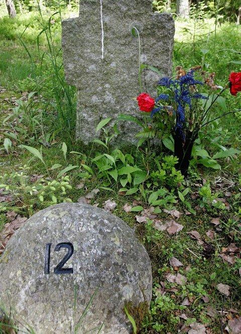 NR. 12: I denne graven ble det funnet femten lik. Enkelte hadde sand i lungene, noe som tyder på at de ble levende begravet.