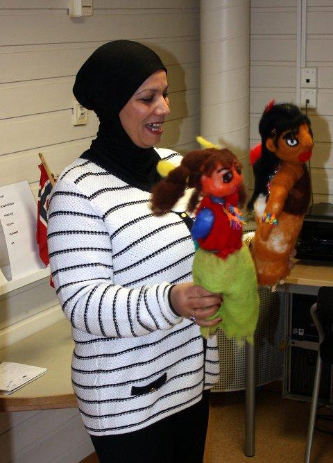 Anam Abed Saud lærer barna arabisk. Tirsdag brukte hun dukker til å lære bort litt til.