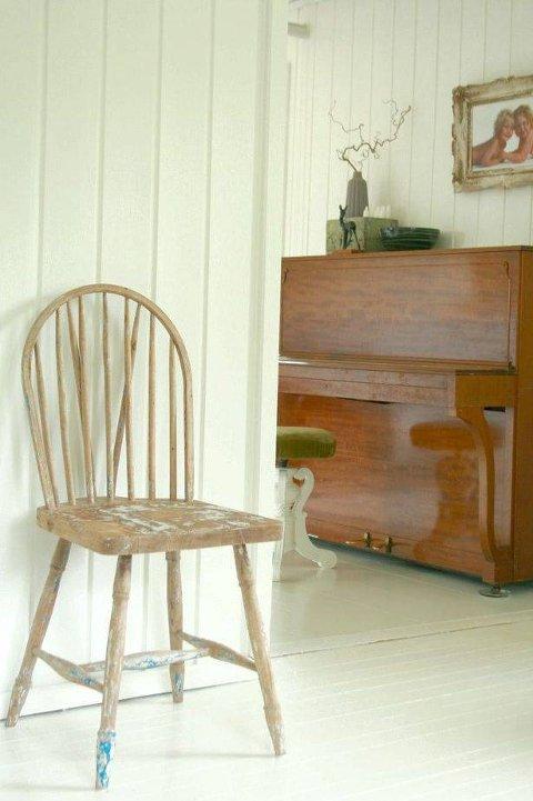 Lyst: En gammel budalsstol, nymalte vegger, tak og gulv. Foto: An-Magritt Moen